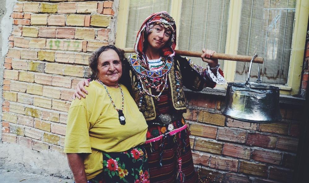 Елена в носията на баба Роса